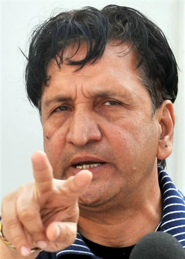 Abdul Qadir (Cricketer) playing cricket